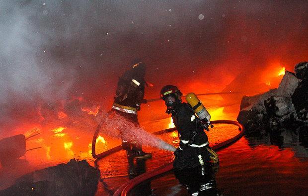 زبانههای آتش شرکت ایران چسب با تلاش ۱۲۰ نیرو فروکش کرد